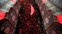 Warga Muslim Syiah memadati masjid di mana terdapat makam Imam Hussein di Karbala, Irak (foto: dok).