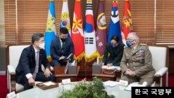 서욱 한국 국방부 장관이 7일 방한한 클라우디오 그라치아노 유럽연합, EU 군사위원장을 접견하고 한-EU 안보협력 강화 방안과 한반도를 포함한 지역 안보 정세에 대해 의견을 나눴다. 사진=한국 국방부.