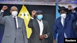 Perezida w'akanama gatwara Sudani, Abdel Fattah al-Burhan, umukuru wa SPLM-N, Abdelaziz al-Hilu na perezida wa Sudani y'ubumanuko, Salva Kiir inyuma yo gusinya amasezerano i Juba, kw'itariki ya 28*03/2021.