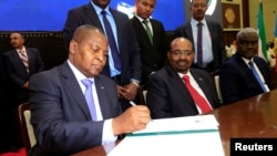 Le président de la République centrafricaine, Faustin Archange Touadera, lors de la signature de l' accord de paix entre le gouvernement et 14 groupes armés dans la capitale soudanaise Khartoum (Soudan) le 5 février 2019.