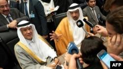 Menteri Energi Saudi, Khaled al-Falih (kanan) digantikan oleh Wakilnya, Pangeran Abdulaziz bin Salman bin Abdulaziz (kanan), yang juga putra Raja Salman. (foto: dok).