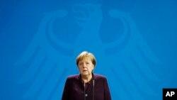 Chanselye alman an, Angela Merkel, ki t ap reyaji nan biwo li nan Bèlen, aprè fiziyad ki fèt nan vil Hanau, pati santral Lalmay, jedi 20 fevriye 2020 an.