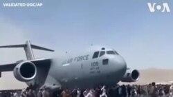 ชาวอัฟกันล้อมเครื่องบินทหารอเมริกันที่สนามบินกรุงคาบูล