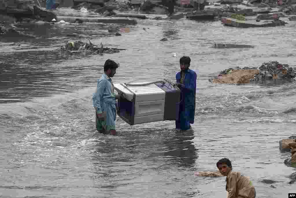 کئی علاقوں میں برساتی پانی گھروں میں داخل ہو گیا ہے اور مکین اپنا سامان بچانے کی کوششیں کر رہے ہیں۔