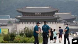 16일 한국 서울에서 경찰관과 시민들이 신종 코로나바이러스 감염 방지를 위해 마스크를 쓰고 있다.