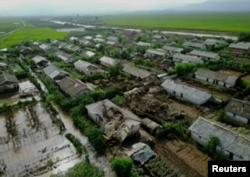 북한 관영 '조선중앙통신'은 김정은 국무위원장이 황해북도 은파군 대청리 일대 홍수 피해 상황을 현지에서 파악했다며 지난해 8월 사진을 공개했다.