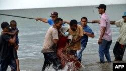 Al menos una mujer murió durante la travesía y su cuerpo fue arrojado por la borda, contaron a la agencia francesa de noticias AFP varios refugiados que desembarcaron en la isla de Sumatra.