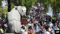 5일 한국 서울에서 어린이날을 맞아 어린이대공원을 찾은 가족들.