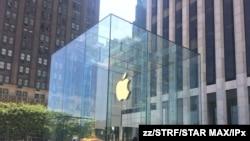 El famoso logotipo de la manzana mordida que representa al gigante Apple es visto en una céntrica avenida de Nueva York en julio de 2019.