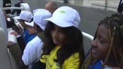 Huit enfants migrants profitent d'un tour en papamobile