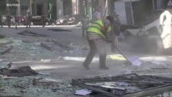 爆炸一周后,贝鲁特人民依然在清理街道碎片