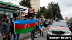 Cumhurbaşkanı İlham Aliyev'in, Azerbaycan güçlerinin Dağlık Karabağ'ın ikinci büyük şehri Şuşa'yı aldığını Pazar günü açıklamasının ardından halk Bakü sokaklarında kutlama yapmıştı.