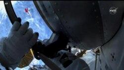 Astronot Pasang Panel Surya Baru di Stasiun Antariksa
