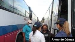 El gobierno de Nicaragua autorizó salida del primer grupo de 100 nicaragüenses desde Panamá, quienes cruzarán Costa Rica en dirección a su país. [Foto: Migración Panamá / Twitter]