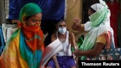 1일 인도 뭄바이에서 자원봉사자들이 신종 코로나바이러스 검사 중요성을 알리고 있다.