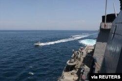 지난해 4월 호르무즈 해협에서 미군 유도미사일 구축함 폴 해밀턴 호에 이란 혁명수비대 선박들이 접근한 사진을 미 해군이 공개했다. (자료사진)