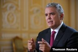ARCHIVO - El presidente de Colombia, Iván Duque, habla con Reuters en Bogotá, el 25 de marzo de 2021,