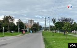 Algunas calles de la ciudad de Bogotá permanecen desoladas, el viernes 8 de enero. [Foto: Karen Sánchez, VOA]