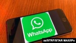 Imagen del logotipo corporativo de Wahatsapp en un iphone 6s. [Foto de archivo]