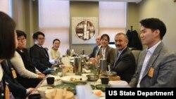 해리 해리스 주한미국대사가 지난 1월 충청북도 청주를 방문하여 미 국무부 교류프램 동문들과 함께 식사를 하며 서로의 미국 경험담을 나눴다.