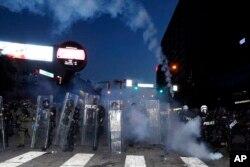 پلیس شهر آتلانتا برای اعمال مقررات منع آمد و شد در ساعت ۹ شب آماده می شود. ۲ ژوئن ۲۰۲۰
