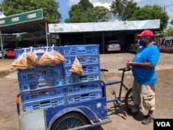 Julio Solís, vendedor de pan, mantiene el optimismo.