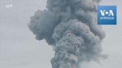 Indonésie: le volcan Sinabung crache une colonne de cendres dans le ciel
