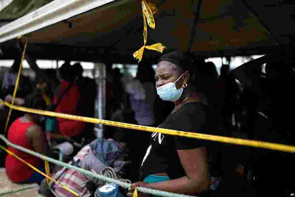Migrantes haitianos abordan un bote hacia Capurganá.