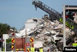 Una montaña de escombros es lo que quedaba de gran parte del edificio Champlain Towers South que se desplomó en Surfside, al norte de Miami Beach, Florida, el 24 de junio de 2021.