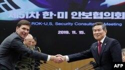 Sekretar odbrane SAD Mark Esper, levo, rukuje se sa južnokorejskim ministrom odbrane Đeong Keong Doom pred fotoreporterioma u Ministarstvu odbrane Južne Koreje u Seulu, 15. novembra 2019.