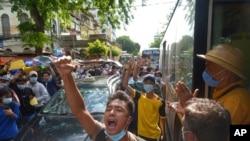 Para demonstran anti-kudeta militer dalam unjuk rasa di Yangon, Myanmar, 6 Mei 2021.