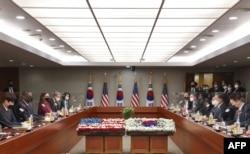 17일 한국을 방문한 로이드 오스틴 국방장관(왼쪽 2번째)이 서욱 한국 국방장관(오른쪽 2번째)과 회담했다.