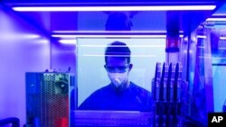 Un técnico en Alemania examina mutaciones de COVID-19 en el laboratorio Bioscientia el 2 de julio de 2021.
