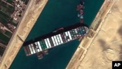 Hình ảnh vệ tinh cho thấy tàu chở hàng MV Ever Given bị mắc cạn tại Kênh Suez, gần thành phố Suez, Ai Cập, ngày 27/3/2021.
