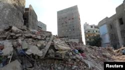 Reruntuhan gedung apartemen yang roboh di Alexandria, Mesir (3/12).