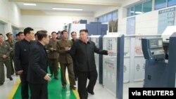 김정은 북한 국무위원장이 지난해 10월 묘향산의료기구공장을 방문했다.