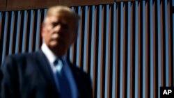 အေမရိကန္-မကၠဆီကို နယ္စပ္တံတုိင္းကို သြားေရာက္စစ္ေဆးေနသည့္ သမၼတ Donald Trump. (စက္တင္ဘာ ၁၈၊ ၂၀၁၉)