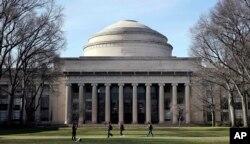 FILE - Massachusetts Institute of Technologi jadi salah satu sekolah yang menuntut pemerintahan Trump terkait aturan visa F-1.