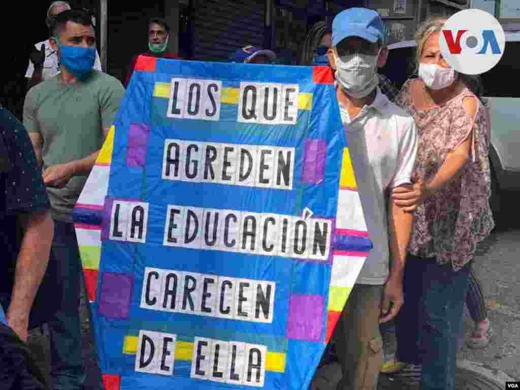 """""""Ahorita un docente no se puede comprar ni un kilo de pollo con ese mísero sueldo que le dieron"""", asegura Eulogio Figuera, uno de los manifestantes consultados por la VOA."""