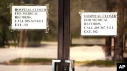 阿拉巴马州卡罗尔顿的皮肯斯郡医疗中心紧大门贴出的医院关闭的通知。(2020年3月26日)