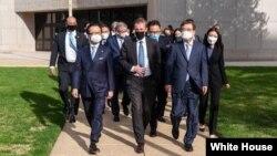 제이크 설리번(가운데) 미국 국가안보보좌관과 서훈(앞줄 오른쪽) 한국 국가안보실장이 지난 4월 메릴랜드주 애나폴리스의 미 해군사관학교에서 회동하고 있다. (자료사진)