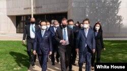 제이크 설리번 미 백악관 국가안보보좌관(가운데)과 기타무라 시게루 일본 국가안보국장(왼쪽), 서훈 한국 청와대 안보실장이 3국 안보실장 회의를 위해 2일 미 해군사관학교에서 만났다. 사진=백악관 국가안보회의 트위터