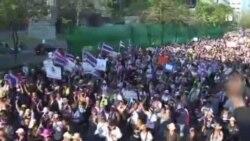 面对曼谷大规模抗议 英拉总理拒不辞职