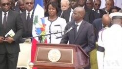 Le président haïtien Jovenel Moïse dit adieu à l'ancien président René Préval (vidéo)