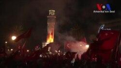 İzmirliler Konak Meydanı'nda Darbe Girişimine Karşı Toplandı