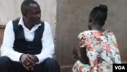 លោក Caleb Ng'ombo នាយកអង្គការ People Serving Girls at Risk និយាយទៅកាន់ Maggie ដែលជាជនរងគ្រោះនៃការជួញដូរផ្លូវភេទ។