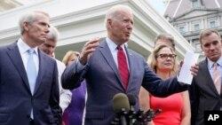 ប្រធានាធិបតីសហរដ្ឋអាមេរិកលោក Joe Biden ថ្លែងប្រកាសពីកិច្ចព្រមព្រៀងថ្មីនេះនៅបរិវេណសេតវិមានកាលពីថ្ងៃទី២៤ ខែមិថុនា ដោយអមដោយសមាជិកព្រឹទ្ធសភាមួយក្រុមពីគណបក្សទាំងពីរ។