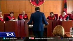 Rivlerësimi i gjyqtarëve, Kushtetuesja s'tërhiqet nga pezullimi