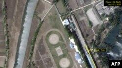 '38노스(38 North)'가 공개한 지난 23일 북한 원산역 주변 플래닛랩스(Planet Labs) 위성사진. 38노스는 김정은 북한 국무위원장 전용열차로 보이는 열차가 21일부터 23일 사이 원산역에 정차한 상태라고 밝혔다.