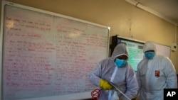 Une équipe désinfecte une salle de classe de l'école secondaire Ivory Park à l'est de Johannesburg, en Afrique du Sud, le 28 mai 2020. (Photo AP)